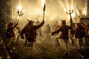 مجموعة من الأشخاص يرقصون