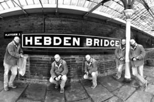 أشخاص ينتظرون قدوم القطار