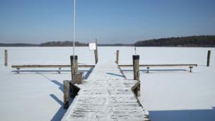 دریاچه یخ زده در شرق آلمان
