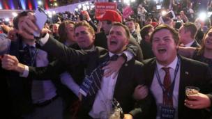 Mientras tanto, en el evento programado para Donald Trump en Nueva York, sus seguidores celebraban.