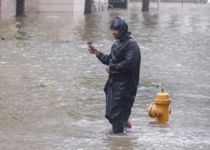 """Las calles de Miami cercanas al mar se convirtieron en auténticos """"ríos"""" de agua salada."""