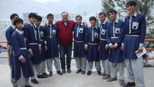 سمیع حامد در کنار جمعی از رضاکاران جشنواره علمی-فرهنگی بدخشان