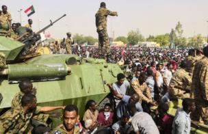 Nan ma sojojin Sudan ne a birnin Khartoum inda suke murnar hambare al-Bashir daga mukaminsa tare da daruruwan dubban mutane.