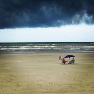 Playa con un enorme nubarrón