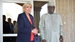 Marine Le Pen, candidate du Front National (extrême droite) en France avec le président Idriss Déby, lors de sa visite au Tchad.
