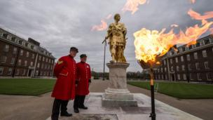 Chelsea Pensioners, who are retired people who used to serve in the army, lit a beacon for the Queen at their retirement home in London.