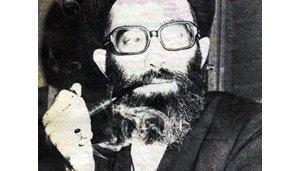 Cali Khameney oo sigaar cabaya