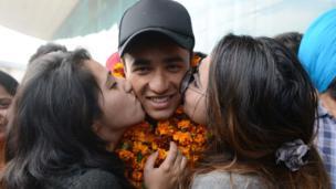 అండర్-19 క్రికెట్ ప్రపంచ కప్ గెలిచిన భారత జట్టు సభ్యుడు అభిషేక్ శర్మను ముద్దాడుతున్న ఆయన సోదరి.