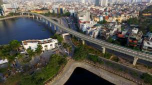 Đoạn đường sắt chạy qua mặt nước Hồ Hoàng Cầu