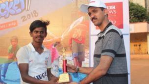 சிறந்த பந்துவீச்சாளருக்கான விருது வென்ற ராமநாதபுரம் சீ ரைடர்ஸ் அணியின் கேப்டன் நம்பு குமார்.