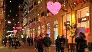"""黎巴嫩首都貝魯特市中心為情人節掛上心形和英語""""LOVE""""的燈飾"""
