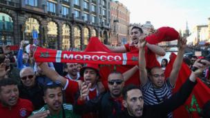 ويوم الأربعاء، كان من المفترض أن تظهر علامات الحزن على وجوه الجمهور المغربي بعد فشل بلادهم في استضافة نهائيات كأس العالم عام 2026، لكن يبدو أن هذا الإخفاق لم ينل من عزيمتهم وظهروا مبتهجين في سان بطرسبرغ.