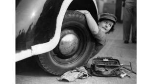 女孩子换轮胎