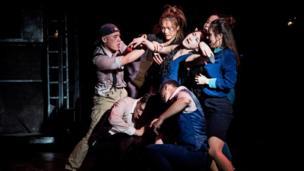 很多劇目都和西方文化緊密結合,比如《驚夢》借鑒了莎士比亞的《仲夏夜之夢》,實驗京劇《蠢貨》改編自俄國作家安東巴甫洛維奇契訶夫的同名獨幕劇。