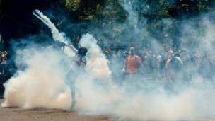 Jóvenes y la policía se enfrentan