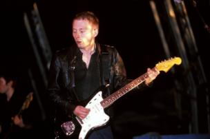 Thom Yorke from Radiohead plays guitar