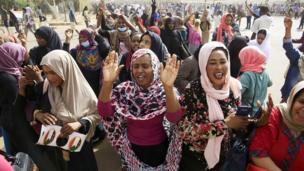 متظاهرات في الخرطوم قبيل إعلان الإطاحة بالبشير