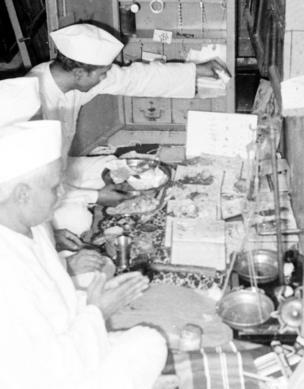 છ દાયકા પૂર્વે દિવાળીના દિવસની લેવાયેલી તસ્વીરમાં વેપારીઓ 'ચોપડા પૂજન' કરી રહયા છે
