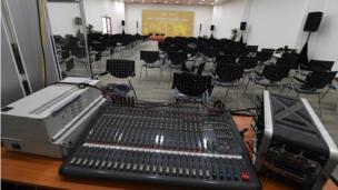 Các phòng họp được trang bị hệ thống âm thanh ánh sáng, loa đài cùng cabin phiên dịch.