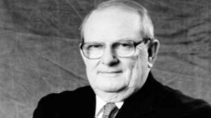 En 1979, Allan MacLeod Cormack, physicien sud-africain, obtient le prix Nobel de physiologie ou médecine en 1979 pour sa contribution à l'invention de la tomodensitométrie, connue sous le nom de scanner.