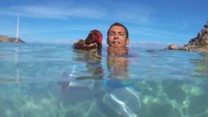 Monique y Guirec nadando
