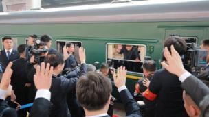 ટ્રેનમાંથી લોકોનું અભિવાદન કરતા કિમ જોંગ ઉન