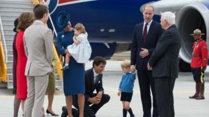 """Герцога и герцогиню встретил премьер-министр Канады Джастин Трюдо. Трюдо попытался поздороваться с принцем Джорджем, но тот отказался ни """"дать ему пять"""", ни пожать ему руку."""