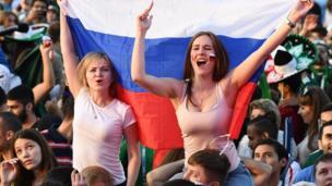 Fan nữ xinh đẹp của Nga