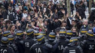 Çalışma yasasına karşı çıkan eylemciler