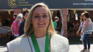 Megan Elias o Hen Golwyn, enillydd Medal y Dysgwyr heddiw