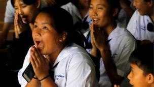 زملاء الأطفال في الدراسة عبروا عن سعادتهم بعدما أعلن معلمهم هذا الخبر السار