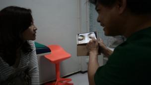 อัญชลี โอเซ่น อายุ 53 ปี เดินทางจากนอร์เวย์กลับมาไทย เพื่อมาทำศัลยกรรมเปลือกตาที่คลีนิคแห่งหนึ่งในกรุงเทพ เพื่อแก้ปัญหาหนังตาตก โดยเริ่มแรกแพทย์ถ่ายรูปเธอ พร้อมให้คำแนะนำการแก้ปัญหา