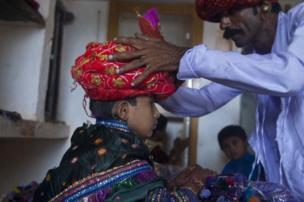 குட்டித்தூக்கத்திற்கு பிறகு தனது மணவிழாவுக்கு தயாராகும் மணமகன்