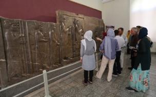 توریستها در حال بازدید از موزه ملی