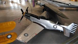 """毛泽东宣布""""新中国""""成立的时候,三架投共的野马式战斗机(如图)代表解放军空军飞过天安门广场上空。"""