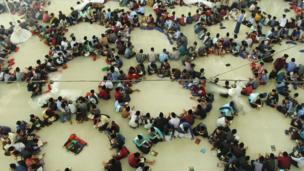 রোজার প্রথম দিনে ইন্দোনেশিয়ায় কোরান পড়ার দৃশ্য
