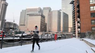 This fearless jogger pounds through Canary Wharf