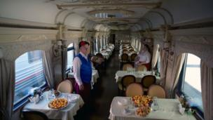 Vista de las mesas en uno de los restaurantes del tren.