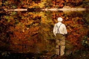 رجل يصطاد من بحيرة