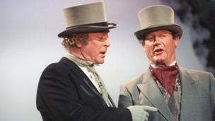 السير مايكل كين إلى جانب السير روجر مور