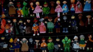 Varias marionetas y muñecos