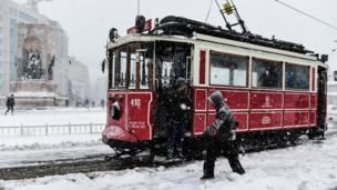 İstanbulun İstiklal caddesində (İstiqlaliyyət kücəsi) tramvay xətti.