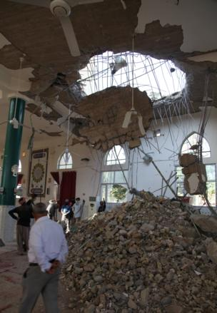 People remove rubble from a damaged mosque following an earthquake in Khanaqin, Diyala Province, Iraq, November 13,2017