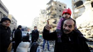 أشخاص تم إجلاؤهم من شرقي حلب إلى جانبها الغربي.