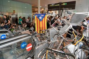 Carros portaequipaje apilados en El Prat