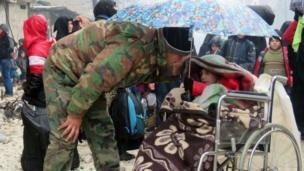 ทหารฝ่ายรัฐบาลซีเรียพูดคุยกับเด็กคนหนึ่งในย่านฟาร์ดอส ทางฝั่งตะวันออกของเมืองอเลปโป