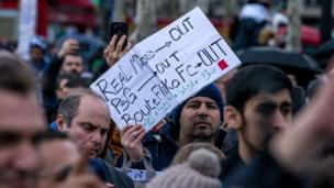 """À Paris, la diaspora algérienne se mobilise aussi, comme ici , football et politique, """"même combat""""."""