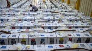 Endonezyalı yetkililer seçimlerden bir gün önce oy sandıklarını hazırlıyor.