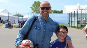Dyma i chi wyneb cyfarwydd! Y cyflwynydd Jason Mohammad, oedd ar y ffordd i weld ei ferch Lili yn perfformio, gyda'i fab Max // This gentleman requires no introduction! BBC Wales's Jason Mohammad and his son Max enjoying the sunshine