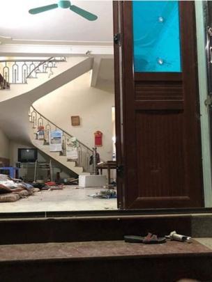 Hình ảnh người dân cung cấp, được cho là chụp tại tư gia cụ Lê Đình Kình, với nhiều vết thủng trên cửa